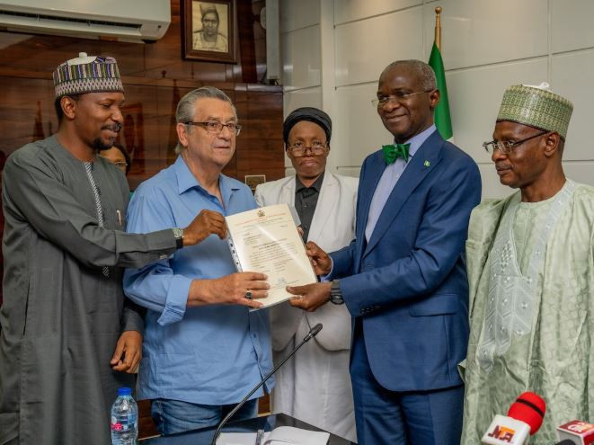After 25-year of leading his team to the 1994 world cup in victory, federal government fulfills their promise to former Super Eagles coach Clemens Westerhof giving him documents to a news apartment as promised